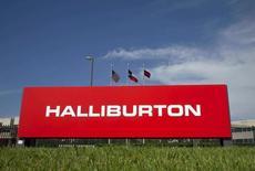 Логотип Halliburton на офисе компании в Хьюстоне. Halliburton Co HAL.N, вторая по величине в мире нефтесервисная компания, неожиданно отчиталась о квартальной прибыли за счёт большего сокращения расходов, и ожидает, что рост цен на нефть будет способствовать увеличению числа буровых установок.   REUTERS/Richard Carson/File Photo