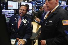 Operadores trabajando en la rueda de operaciones de la bolsa de Nueva York, oct 17, 2016. Las acciones estadounidenses operaban el miércoles con pocos cambios en una sesión en que las ganancias en el sector energético y financiero eran contrarrestadas por un descenso en el tecnológico, presionado por Intel.   REUTERS/Lucas Jackson