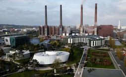 La planta de producción de Volkswagen en Wolfsburgo, Alemania, abr 28, 2016. Volkswagen dijo que espera llegar a un acuerdo en las próximas semanas con líderes sindicales sobre los recortes de costos e inversiones que formarán parte de los esfuerzos de la automotriz alemana por mejorar su posición, más de un año después del escándalo por las emisiones de gases de sus autos diésel.     REUTERS/Fabrizio Bensch/File Photo