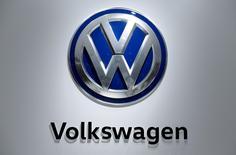 """Volkswagen pense conclure dans les semaines qui viennent avec les délégués du personnel un accord sur les investissements et les réductions de coûts, un """"pacte d'avenir"""" sur lequel le constructeur compte pour aller de l'avant plus d'un an après le scandale des tests d'émissions truqués. /Photo prise le 25 avril 2016/REUTERS/Wolfgang Rattay"""