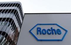 Логотип Roche рядом со зданием компании в Базеле. Швейцарский фармпроизводитель Roche в четверг подтвердил годовой прогноз на 2016 год за счёт хороших продаж препаратов для лечения онкологических заболеваний, включая Tecentriq, и новой иммунотерапии.  REUTERS/Ruben Sprich/File Photo