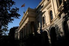 El Tesoro español colocó el jueves unos 3.760 millones de deuda a medio y largo plazo, en una subasta donde la referencia a 3 años volvió a emitirse a tipos negativos. En la imagen de archivo, una bandera española ondea en lo alto del edificio de la Bolsa de Madrid el 1 de junio de 2016. REUTERS/Juan Medina