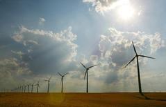 España quiere garantizarse que se cumplen los compromisos con Bruselas en materia de energía renovable con el lanzamiento de al menos dos subastas de nueva potencia este año y el que viene, dijo el jueves el secretario de Energía, Alberto Nadal.  En la imagen de archivo, se ven aerogeneradores bajo el sol del desierto de Los Monegros en Aragón, el 1 de julio de 2005. REUTERS/ Albert Gea