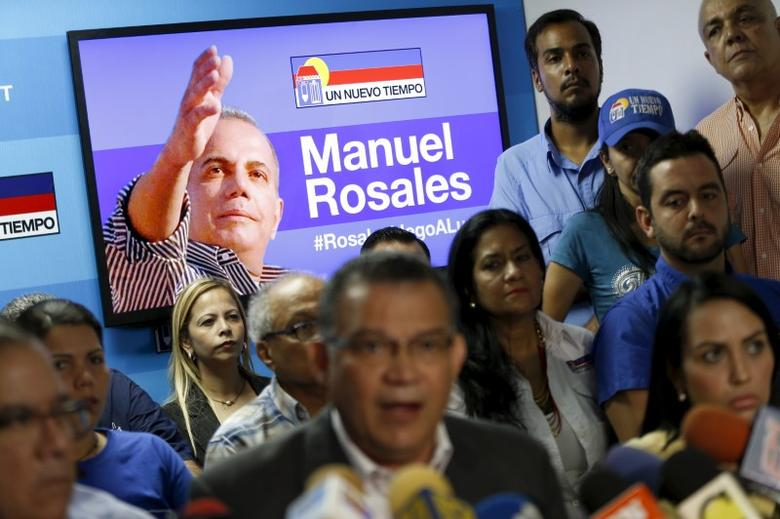 An image of former Venezuelan presidential candidate Manuel Rosales is displayed on a television screen during a news conference by Un Nuevo Tiempo party leaders at its headquarters in Caracas October 16, 2015. REUTERS/Carlos Garcia Rawlins