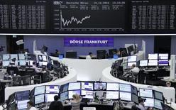 Operadores trabajando en la Bolsa de Fráncfort, Alemania, oct 19, 2016. Las acciones europeas cerraron con alzas el jueves y alcanzaron máximos en dos semanas, ayudadas por la debilidad del euro y el impulso de un repunte del sector bancario.  REUTERS/Staff/Remote