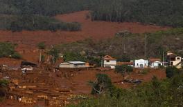 Em foto de arquivo, distrito de Bento Rodrigues é visto coberto de lama após rompimento de barragem da Samarco em Mariana 06/11/2015 REUTERS/Ricardo Moraes