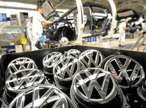 Эмблемы автомашины VW Golf VII на сборочном конвейере Volkswagen в Вольфсбурге 25 февраля 2013 года. Volkswagen намерен сократить затраты своего ключевого автомобильного бренда примерно на 3,7 миллиарда евро ($4,1 миллиарда) к 2021 году на фоне противостояния с руководством профсоюзов из-за плана финансового оздоровления, сообщили информированные источники. REUTERS/Fabian Bimmer/File Photo