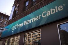 Ejecutivos de alto rango de AT&T Inc y Time Warner Inc discutieron varias estrategias de negocios en las últimas semanas, entre ellas una posible fusión de ambas compañías, informó el jueves por la noche Bloomberg citando a fuentes con conocimiento de la situación. En la imagen, un logo de Time Warner Cable en Manhattan, EEUU, el 26 de mayo de 2015. REUTERS/Mike Segar