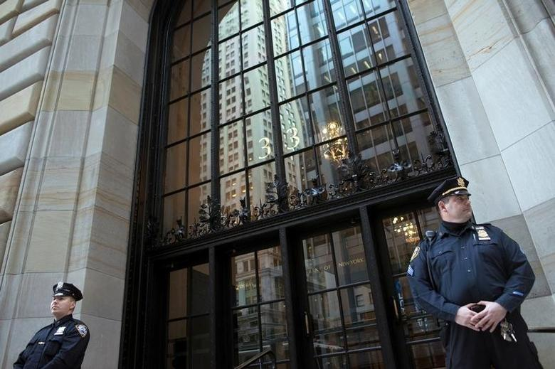 Federal Reserve and New York City Police officers stand guard in front of the New York Federal Reserve Building in New York, October 17, 2012.        REUTERS/Keith Bedford/File Photo