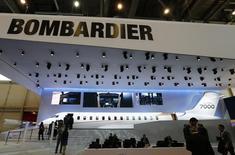 Una réplica de un avión Globall 7000 de Bombardier en exhibición en una convención en Ginebra, mayo 24, 2016. El fabricante canadiense de aviones y trenes Bombardier Inc anunció por segunda vez este año la eliminación de puestos de trabajo, con un recorte de un 10 por ciento de su fuerza laboral global en dos años a medida que profundiza cambios en su división ferroviaria.   REUTERS/Denis Balibouse