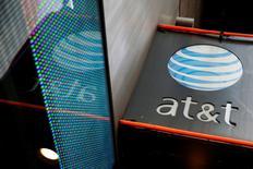 Una tienda de AT&T en Nueva York, 29 de octubre, 2014. AT&T Inc alcanzó un principio de acuerdo para comprar el conglomerado de medios Time Warner Inc por 85.000 millones de dólares, dijeron fuentes el viernes, abriendo la puerta a un negocio que ofrecería a la empresa de telecomunicaciones el control de canales como HBO, CNN y del estudio de cine Warner Bros. REUTERS/Shannon Stapleton/File Photo