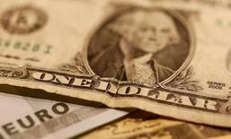 Евро и доллар. Доллар вырос в понедельник до нового восьмимесячного максимума против основных валют, поддерживаемый ожиданиями повышения процентных ставок ФРС до конца года. REUTERS/Leonhard Foeger