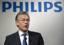El presidente ejecutivo de Philips, Frans Van Houten, habla durante una presentación sobre sus resultados anuales el 2011. El grupo holandés de productos para la salud y aparatos de consumo Philips reportó un alza de un 14 por ciento en sus ganancias del tercer trimestre, luego de que las ventas y los márgenes se elevaron, pero incumplió por poco las estimaciones de los analistas.   REUTERS/Paul Vreeker/United Photos (NETHERLANDS - Tags: BUSINESS) - RTR2X2Q3