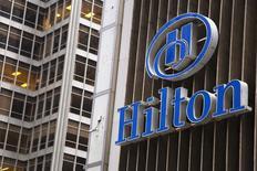 Le conglomérat chinois HNA Group va prendre une participation de 25% dans Hilton Worldwide Holdings en rachetant des actions à Blackstone Group, le premier actionnaire du groupe d'hôtellerie, pour 6,25 milliards de dollars. /Photo d'archives/ REUTERS/Andrew Kelly