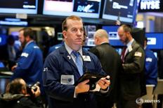 Трейдеры на торгах Нью-Йоркской фондовой биржи 21 октября 2016 года. Американские фондовые индексы открыли торги понедельника в плюсе, так как волна новостей о сделках повысила доверие инвесторов. REUTERS/Brendan McDermid
