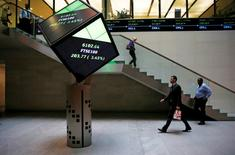 People walk through the lobby of the London Stock Exchange in London, Britain August 25, 2015.  REUTERS/Suzanne Plunkett/File photo - RTSKZK9