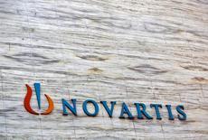 Логотип Novartis lна здании штаб-квартиры компании в Мумбаи. Швейцарская фармацевтическая компания Novartis сообщила во вторник о падении чистой прибыли за третий квартал на 4 процента из-за продолжающегося снижения продаж лекарства против рака Gleevec после истечения срока действия патента и на фоне усилий компании оживить увядающий бизнес в офтальмологическом подразделении Alcon. REUTERS/Vivek Prakash/File Photo