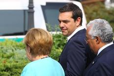 El fondo de rescate de la zona euro MEDE liberó el martes un tramo de créditos de 2.800 millones de euros para Grecia, tras un acuerdo de los ministros de Finanzas de la zona euro que estaba condicionado a una evaluación sobre la puesta al día del país con los compromisos adquiridos. En la imagen, el primer ministro griego Alexis Tsipras (C), la canciller alemana Angela Merkel and y el primer ministro portugués Antonio Costa (D) llegan para posar en una fotografía de familia en una cumbre de la UE en Bratislava, Eslovaquia, el 16 de septiembre de 2016. REUTERS/Leonhard Foeger
