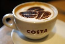 Чашка каппучино в кофейне Costa coffee в Манчестере. Британский оператор ресторанных и гостиничных сетей Whitbread Plc сообщил, что рост продаж принадлежащей ему сети кофеен Costa Coffee замедлился, а маржа снизилась, отодвинув на второй план превысившую прогнозы прибыль в первом полугодии и толкнув вниз акции компании. REUTERS/Phil Noble