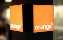 El operador francés Orange batió el jueves las expectativas respecto a su resultado operativo gracias a que el fuerte crecimiento de España y África compensó la caída de ingresos en su mercado doméstico, donde la competencia en el mercado móvil está golpeando sus márgenes. En la imagen, un logo de Orange en una tienda en Niza, Francia.    REUTERS/Eric Gaillard/File Photo