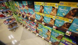 Procter & Gamble a publié mardi un bénéfice trimestriel supérieur aux attentes grâce à ses réductions de coûts et à une forte demande pour ses produits pour bébés, d'hygiène féminine et d'entretien de la maison. /Photo d'archives/REUTERS/Mario Anzuoni