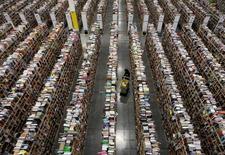 Amazon a annoncé mercredi l'élargissement de son offre de livraison en une heure à Paris et dans la région parisienne à l'épicerie fine de Fauchon, aux produits biologiques de Bio c'Bon et aux vins et spiritueux du distributeur Lavinia. /Photo d'archives/REUTERS/Ralph D. Freso