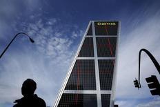 Bankia anunció el miércoles que su resultado neto entre julio y septiembre cayó un 12 por ciento por ciento interanual sin que un menor volumen de provisiones pudiese compensar la presión de los bajos tipos de interés. En la imagen, un hombre pasa cerca de la sede de Bankia en Madrid, 17 de febrero de 2016. REUTERS/Susana Vera/File Photo