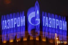 Реклама Газпрома на здании в Санкт-Петербурге 14 ноября 2013 года. Совет директоров российского газового гиганта Газпрома 9 ноября рассмотрит вопрос о расторжении акционерного соглашения по строительству газопровода Северный Поток-2, сообщила компания в среду. REUTERS/Alexander Demianchuk