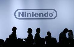 Журналисты на пресс-конференции Nintendo Co в Тибе 10 октября 2007 года. Японский производитель видеоигр Nintendo Co в среду отчитался об операционном убытке во втором квартале, не оправдав ожиданий аналитиков, поскольку сильная иена сократила зарубежную прибыль.  REUTERS/Yuriko Nakao