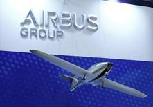 Airbus Group bénéficie mercredi en Bourse de résultats trimestriels sans mauvaise surprise mais reste sous tension, la transition vers de nouvelles versions de l'A320 et de l'A330 et la montée en cadence de l'A350 pesant sur ses perspectives. Le titre du groupe européen d'aérospatiale et de défense progresse de 1,46% à 54,17 euros à 11h03, à contre-courant de  l'indice CAC 40 (-0,73%). /Photo prise le 12 octobre 2016/REUTERS/Kim Kyung-Hoon