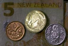 Монеты и банкноты Новой Зеландии. Новая Зеландия заняла первое место в рейтинге стран с самыми благоприятными условиями для ведения бизнеса, составляемом Всемирным банком, вытеснив с лидирующей позиции Сингапур.  REUTERS/David Gray/Illustration