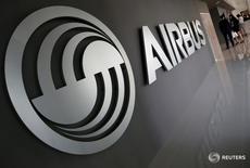 El logo de Airbus en su centro de entrenamiento en Singapur, abr  18, 2016. Airbus Group reportó el miércoles una caída de sus ganancias mayor a lo esperado en el tercer trimestre, lastrado por su división de aviones comerciales y su continua debilidad en el mercado de helicópteros comerciales, aunque mantuvo en general sus perspectivas para 2016.  REUTERS/Edgar Su/File Photo