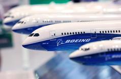 Модели самолетов Boeing 787 на выставке Japan Aerospace 2016 в Токио 12 октября 2016 года. Boeing Co в среду отчитался о росте квартальной прибыли на 33,7 процента и повысил годовой прогноз поставок коммерческих самолётов. REUTERS/Kim Kyung-Hoon