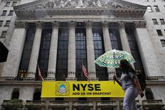 Здание Нью-Йоркской фондовой биржи. Уолл-стрит немного снизилась в начале торгов среды, поскольку слабые результаты Apple оказали давление на технологические акции.  REUTERS/Brendan McDermid