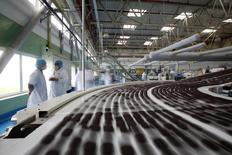Imagen de archivo de una línea de producción de galletas Oreo en Suzhou, China, mayo 30, 2012. Mondelez International Inc, fabricante de las galletas Oreo y los chocolates Cadbury, reportó una caída del 6,6 por ciento en su ingreso trimestral, sobre todo debido a una desconsolidación de sus operaciones en Venezuela.  REUTERS/Aly Song