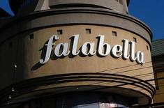Una tienda Falabella en Valparaiso, Chile 28 de agosto, 2016,2016. La chilena Falabella, una de las mayores minoristas en América Latina, dijo el miércoles que registrará un efecto contable positivo de 174 millones de dólares en sus resultados, tras pasar a controlar una cadena de centros comerciales en Perú. REUTERS/Rodrigo Garrido - RTX2NGZG