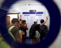 Pessoas procuram vagas em uma agência de empregos em São Paulo, Brasil 14/03/2016 REUTERS/Paulo Whitaker