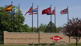 Вьезд на территорию штаб-квартиры Dow Chemical в Мидлэнде, штат Мичиган, 14 мая 2015 года. Американская химическая компания Dow Chemical Co, находящаяся в процессе слияния с DuPont, отчиталась о 3,7-процентном росте квартальной выручки на фоне увеличения объемов на 10 процентов. REUTERS/Rebecca Cook/File Photo