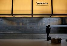 Un hombre bajo el logo de Telefónica, en la sede de la compañía en Madrid, España. 26 de febrero de 2016. El grupo de telecomunicaciones español Telefónica, bajo presión para que recorte su deuda luego de que la venta de su negocio británico O2 fue bloqueada por los reguladores, dijo el jueves que recortará su dividendo este año y el próximo. REUTERS/Juan Medina/File Photo