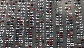 Автомобили Ford на заводе компании в Сан-Бернарду-ду-Кампу 12 февраля 2015 года. Ford Motor Co в четверг сообщил о снижении чистой прибыли в третьем квартале более чем на 50 процентов, поскольку ослабление продаж, рост расходов, связанных с отзывом автомобилей, и сложности с презентацией нового пикапа негативно сказались на показателях североамериканского подразделения. REUTERS/Paulo Whitaker