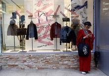 El índice subyacente de precios al consumidor de Japón cayó un 0,5 por ciento interanual en septiembre y anotó su séptimo mes sucesivo de declives, lo que respaldó la visión del banco central de que la inflación tardará en acelerarse a su meta de un 2 por ciento. En la imagen, una mujer vestida con ropas tradicionales japonesas espera junto a un escaparate en uno de los distritos comerciales de Tokio. 28 de octubre de 2016. REUTERS/Kim Kyung-Hoon