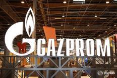Логотип Газпрома на Всемирной газовой конференции в Париже 2 июня 2015 года.  Европейская комиссия в пятницу снимет ограничения на доступ Газпрома к газопроводу Opal в Германии, что позволит российскому газовому гиганту вдвое увеличить мощность Северного Потока-2 для поставок газа в Европу в обход Украины, сказали источники в Евросоюзе. REUTERS/Benoit Tessier