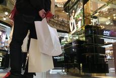 La confianza económica de la zona euro fue mucho mejor de lo esperado en octubre, impulsada por un mayor optimismo en la industria y los servicios, mostró el viernes un sondeo mensual  de la Comisión Europea. En la imagen, un cliente con bolsas en unos grandes almacenes parisinos el 26 de febrero de 2016. REUTERS/Mal Langsdon