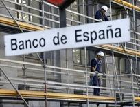 Trabajadores de la construcción en un andamio en el Banco de España, en el centro de Madrid. 13 de noviembre de 2015. La economía española mantuvo en el periodo julio-septiembre un ritmo de crecimiento similar al de los trimestres anteriores, en línea con lo ya anticipado por el ministro de Economía en funciones y por el Banco de España. REUTERS/Andrea Comas/File Photo