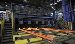 Unas barras de acero al rojo vivo en una fundición en Concepción, Chile, dic 9, 2014. La actividad económica en Chile habría crecido un 2,1 por ciento en septiembre, apoyada en datos sectoriales mejores a lo esperado, en especial tras un sorpresivo aumento de la producción manufacturera, mostró el viernes un sondeo de Reuters.  REUTERS/Jose Luis Saavedra