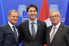 El primer ministro de Canadá, Justin Trudeau, junto al presidente del Consejo Europeo, Donald Tusk, y el presidente de la Comisión Europea, Jean-Claude Juncker, antes de firmar el acuerdo de libre comercio entre Canadá y la UE en Bruselas, Bélgica, el 30 de octubre de 2016. REUTERS/Eric Vidal