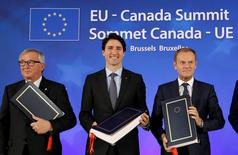 La Unión Europea y Canadá firmaron el domingo un acuerdo de libre comercio diseñado para impulsar el crecimiento y el empleo, aunque aún debe ser aprobado por unos 40 parlamentos regionales y nacionales en Europa en los próximos años para entrar completamente en vigor. En la imagen, de izquierda a derecha, el presidente de la Comsión Europea, Jean-Claude Juncker, el primer ministro canadiense, Justin Trudeau, y el presidente del Consejo Europeo, Donald Tusk, en la ceremonia de la firma del acuerdo de libre comercio CETA en Bruselas, Bélgica, el 30 de octubre de 2016.  REUTERS/Francois Lenoir
