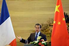 Francia y China crearán un fondo para la inversión conjunta en proyectos en el extranjero, dijo el lunes el ministro francés de Relaciones Exteriores en Pekín. En la imagen, el ministro de Exteriores chino,  Wang Yi, en una rueda de prensa con su homólogo francés Jean Marc Ayrault en Pekín, el 31 de octubre de 2016. REUTERS/Jason Lee