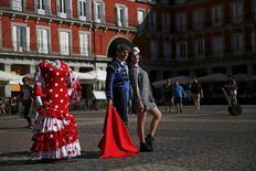 España recibió en septiembre 7,9 millones de turistas extranjeros, lo que supuso un aumento del 10,2 por ciento respecto al mismo mes del año anterior, según cifras publicadas el lunes por el Instituto Nacional de Estadística (INE). En esta imagen de archivo, una turista sacándose una foto con un artista callejero vestido de torero en la Plaza Mayor en Madrid. 30 de septiembre de 2016. REUTERS/Susana Vera