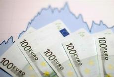 L'inflation dans la zone euro s'est légèrement accélérée en octobre grâce à l'atténuation de la baisse des prix de l'énergie, montre la première estimation publiée lundi par Eurostat. Les prix à la consommation dans les 19 pays ayant opté pour la monnaie unique ont augmenté de 0,5% sur un an. /Photo d'archives/REUTERS/Dado Ruvic